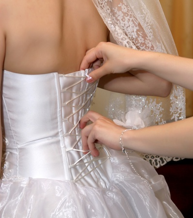 Girlfriend tightens karset bride