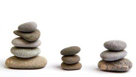 piedras zen: Pila de piedras blancas equilibrio aislado en blanco