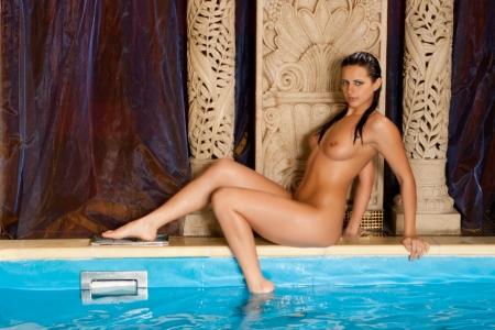 the naked girl: joven y bella chica morena desnuda en la piscina