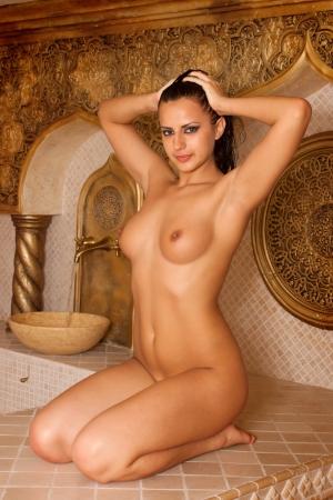 naked bodies: Mujer desnuda joven disfrutando hammam o ba�o turco Foto de archivo