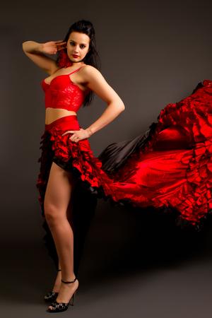 bailando flamenco: Close-up foto de la dama en el baile flamenco gitano traje sobre un fondo gris