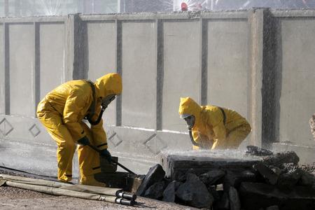 traje formal: Hombre en traje de protección química, llevar a cabo el área de descontaminación
