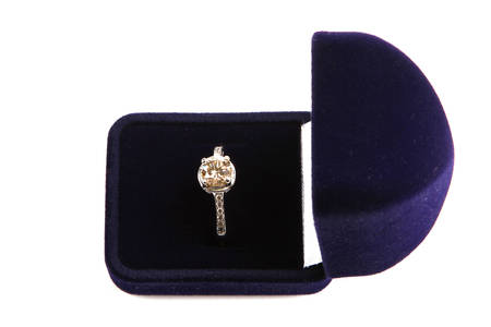 piedras preciosas: foto de primer plano de un hermoso anillo de oro con piedras preciosas
