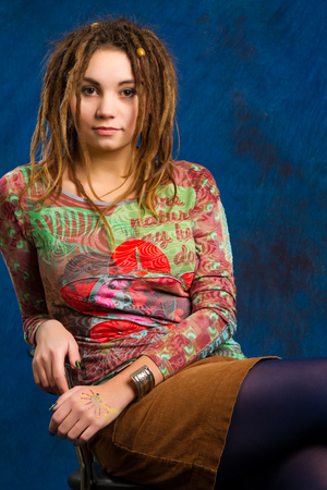 portrait of a beautiful young woman with dreadlocks against  a blue background Standard-Bild