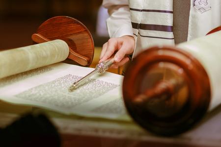 Joodse man gekleed in rituele kleding huisvader mitswa jeruzalem