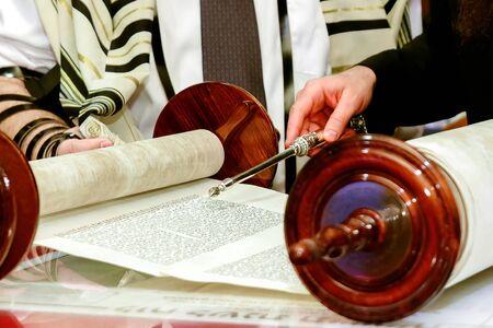 ユダヤ人の男が所帯持ち mitzvah エルサレムを服の儀式に身を包んだ 写真素材