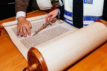 Joodse man, gekleed in ritueel kleding familie man mitswa Jeruzalem