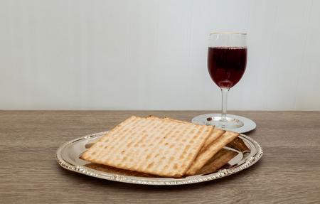 Wein und Matzen jüdischen Passah Brot Pessach Matzen Passah Wein Standard-Bild - 53136842