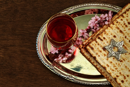 Pesach matzo passover with wine and matzoh jewish passover bread Stok Fotoğraf