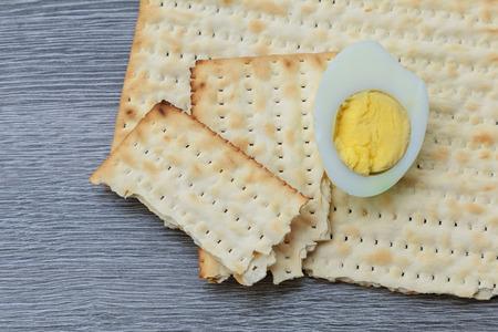 pesaj: Pascua matzo con Pesaj y Pascua judía pan matzoh Foto de archivo