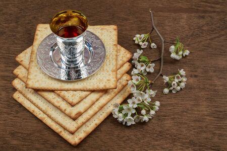 pesaj: Pascua matz� de Pesaj con el vino y matzoh Pascua jud�a pan