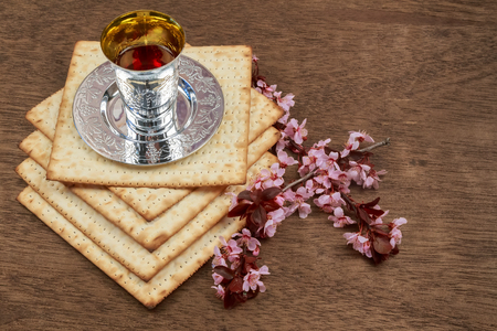pesaj: Pascua matzá de Pesaj con el vino y matzoh Pascua judía pan