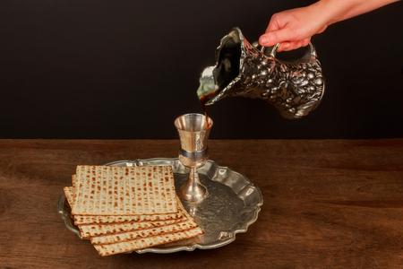 pesaj: Pesach matzo passover with wine and matzoh jewish passover bread Foto de archivo