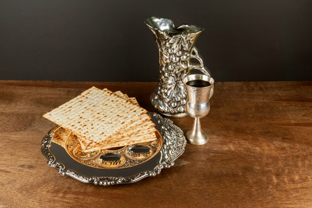 pesaj: Pesach matzo passover with wine and matzoh jewish passover bread Foto de archivo
