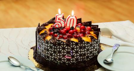 レストランの 50 年の記念日のケーキのお祝い