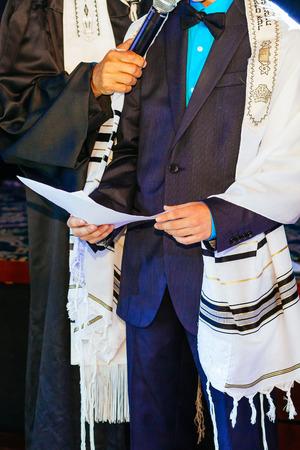 Joodse man gekleed in ritueel kleding familie man mitzvah jerusalem