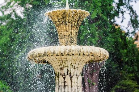 jet stream: Fuente de agua en el parque. flujos de salpicar de la fuente en la corriente de agua que mana de la fuente. Fuente de agua que salpica en la superficie del agua del lago del parque. Fuente en el parque de verano.