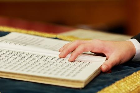 Hand van de jongen het lezen van de joodse Thora Redactioneel