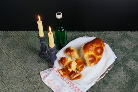 sabbat: Shabbat Shalom - Traditional Jewish Sabbath ritual wine, candles Shabbat Challah Saturday Foto de archivo