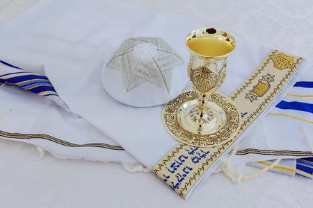Bar mitswa voorbereiding op de viering van het Gebed Sjaal - Tallit, joods religieus symbool Stockfoto