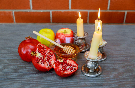 Rosh hashanah jewesh holiday concept: honey, apple and pomegranate Stok Fotoğraf