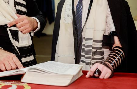 het lezen van de Joodse Tora op de Bar mitswa Bar mitswa Toralezing