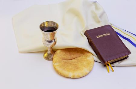 santa cena: Cáliz con vino tinto, pan y la Santa Biblia