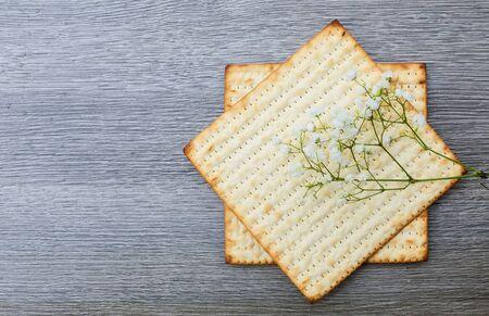 pesaj: Pesaj judío tradicional pan de textura sustituto Matza aislado en el fondo blanco Foto de archivo