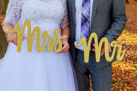señora: novia y el novio sosteniendo Sr. Sra la novia y el novio con las palabras Sr. y la Sra