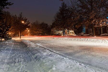 empedrado: Nieve en la calle y la carretera durante diciembre de 2016, camino helado durante la tormenta de invierno, carretera de invierno en el área urbana en la noche Foto de archivo
