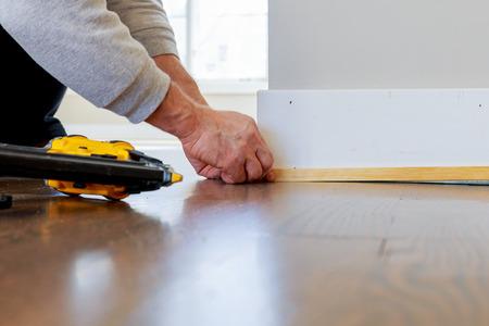 clavados: Finalizar medir martillo neumático hombre contratista listones clavados aduana la construcción de una sección de la pared de la casa de encargo de lujo Foto de archivo