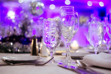 decoracion mesas: mesas de los restaurantes interiores para la mesa de celebraciones, restaurante, muebles, decoración Foto de archivo