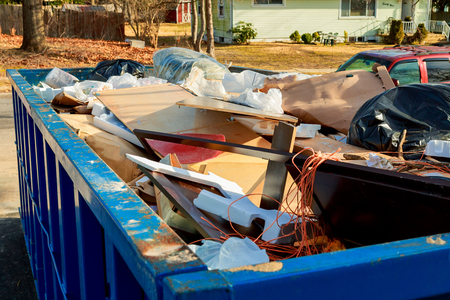 Con el contenedor de contenedores de basura que fluyen estar lleno de basura Foto de archivo