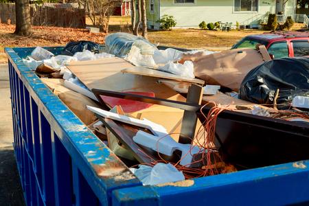 pojemnik Nad przepływającymi śmieciami pełnymi śmieci Zdjęcie Seryjne