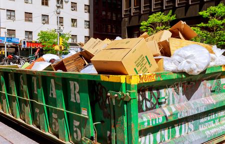 saltar: New York City contenedor de Manhattan sobre el flujo de contenedores llenos de basura Editorial