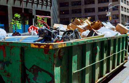 New York City Manhattan container Over stromende afvalcontainers vol met afval Stockfoto