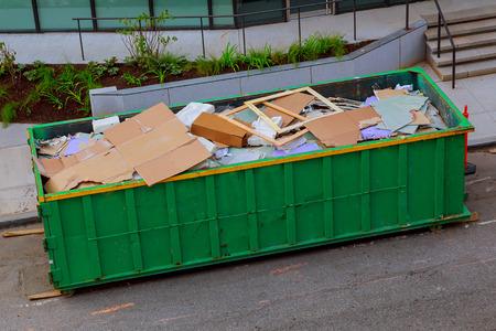 Contenedor de reciclaje de basura en ecología y medio ambiente.
