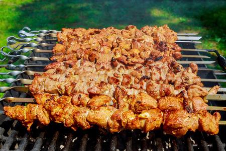 꼬치에 돼지 고기 바베 큐 그릴에 요리.