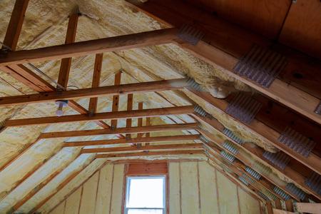 Schuimplastic Isolatie van een nieuw huis op een nieuw dak Stockfoto