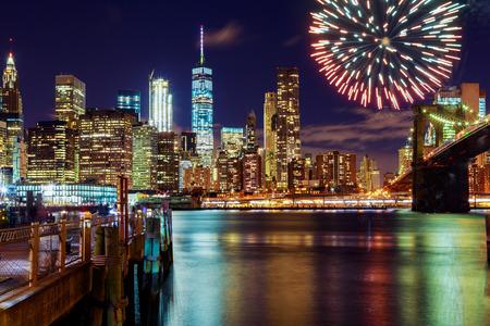 Vuurwerk over de stad 's nachts met reflectie in het water Vuurwerk op de achtergrond van New York Stockfoto
