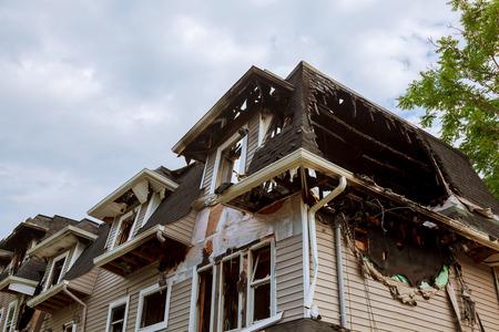焦げて後に家の部分。火の後で家の一部 写真素材