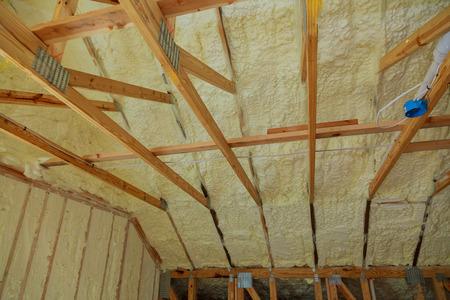 전에 단열재로 덮인 아파트 건물의 거품 벽이있는 새 건물의 단열재 단열재 스톡 콘텐츠 - 82165619