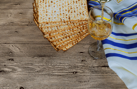 wine and matzoh jewish passover bread Passover matzo Passover wine Jewish kosher matzo for Passover Stockfoto