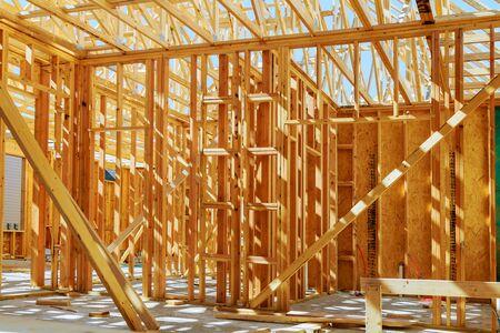 Nieuwe bouw van een huis Ingelijst Nieuwbouw van een huis Bouwen van een nieuw huis van de grond af Stockfoto