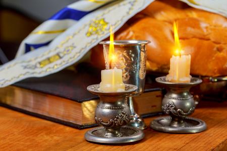 シャバットシャ ローム - 伝統的なユダヤ人の安息日の儀式カラ パン、ワイン 写真素材
