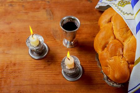 shabat: Sábado imagen - Copa de Kidush de plata, candelabros de cristal con velas encendidas y challahs de challah Foto de archivo