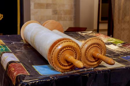 Klassieke Torahrollen in een blauwe kast met Hebreeuwse letters. Torah wordt gebruikt in verschillende religieuze diensten in een synagoge, vooral tijdens de feestdagen van de Joodse tishrei-maand.