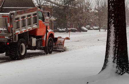 1つの首都で激しい冬の嵐の間に雪で覆われたシティストリート、snowplugh 雪かき道路 写真素材