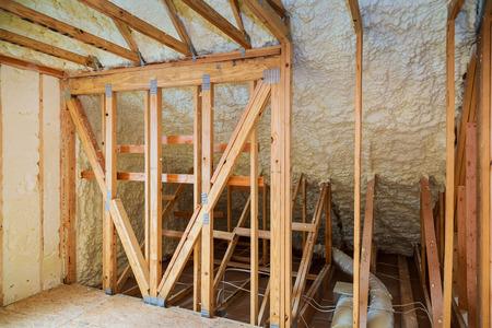 家の建設現場でスプレーフォームで熱と hidro 断熱材、