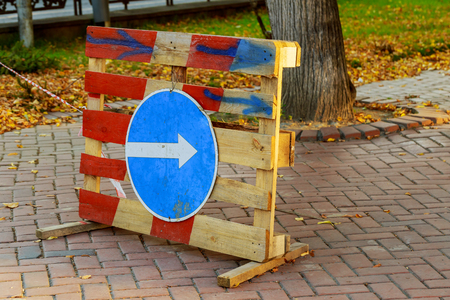 Sign of detour travel. Pit on the road. repair work sign circumvent bypass 스톡 콘텐츠